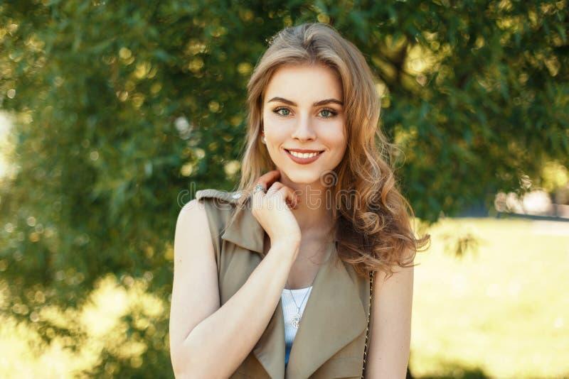 Gelukkig portret van een mooie vrolijke vrouw met een zoete glimlach stock fotografie