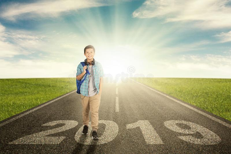 Gelukkig preteen studentengangen boven nummer 2019 stock foto