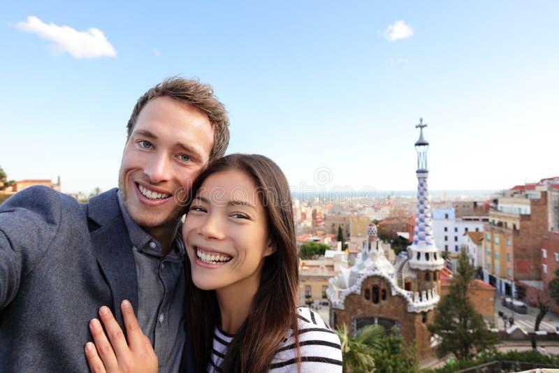 Gelukkig reispaar in Park Guell, Barcelona stock foto's