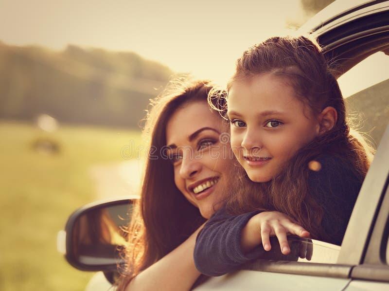 Gelukkig reizend glimlachend moeder en jong geitjemeisje die van nieuw kijken royalty-vrije stock afbeelding