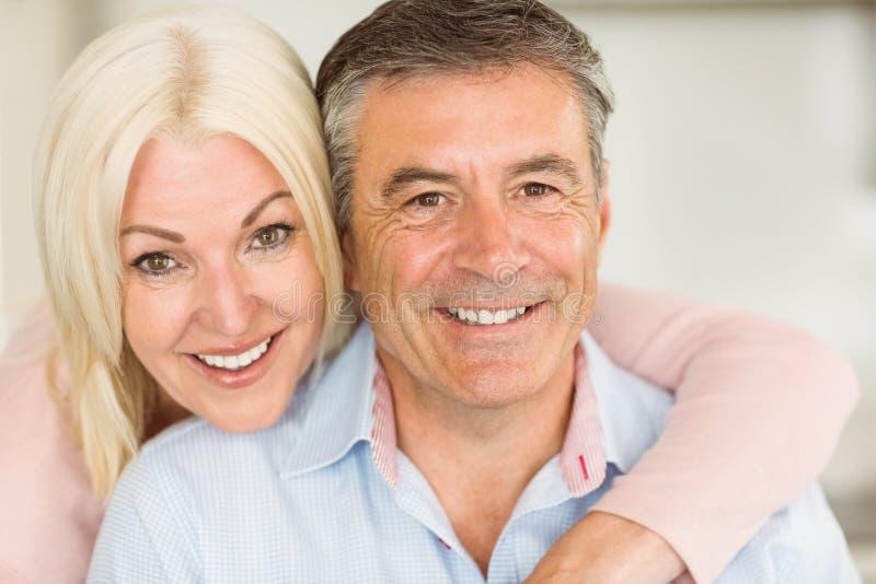 Gelukkig rijp paar dat samen glimlacht stock afbeelding