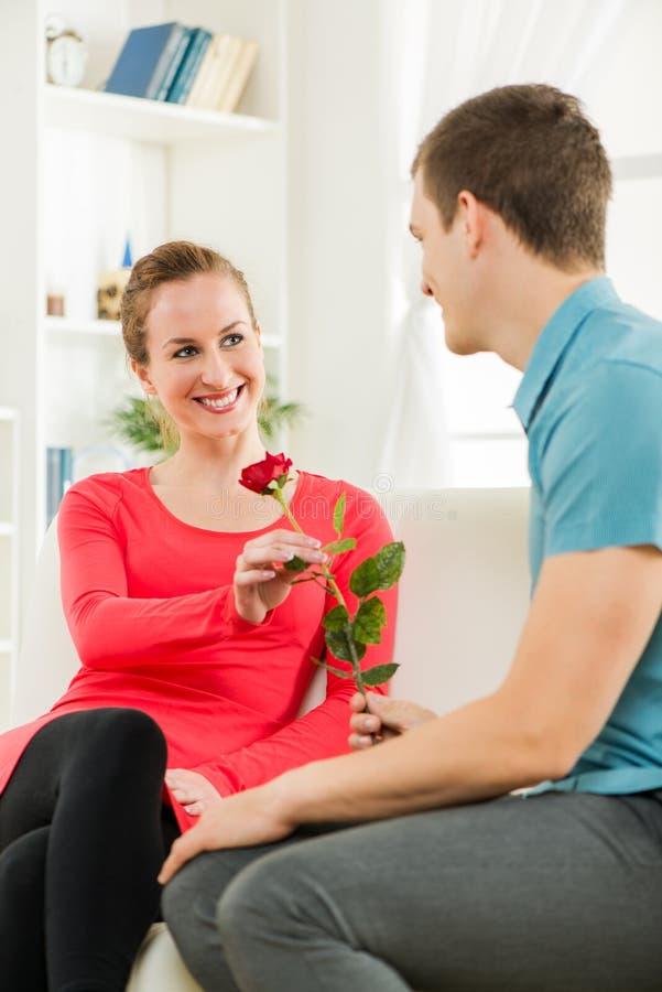 Gelukkig romantisch paar stock afbeelding