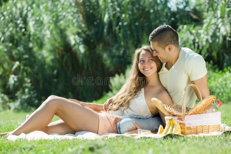 Gelukkig romantisch paar royalty-vrije stock fotografie
