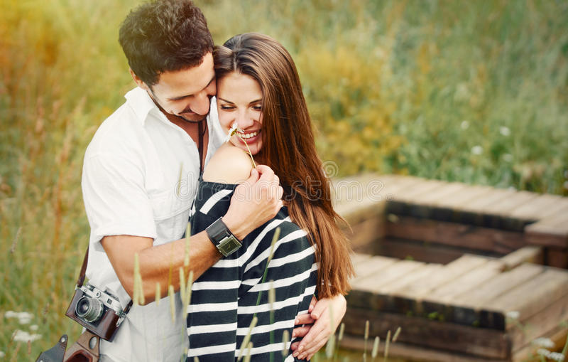 Gelukkig romantisch paar in liefde en het hebben van pret met madeliefje, schoonheid stock foto