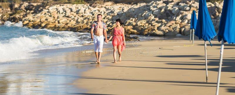 Gelukkig romantisch paar in liefde en het hebben van pret openlucht in de zomerdag, schoonheid van aard, harmonieconcept stock foto