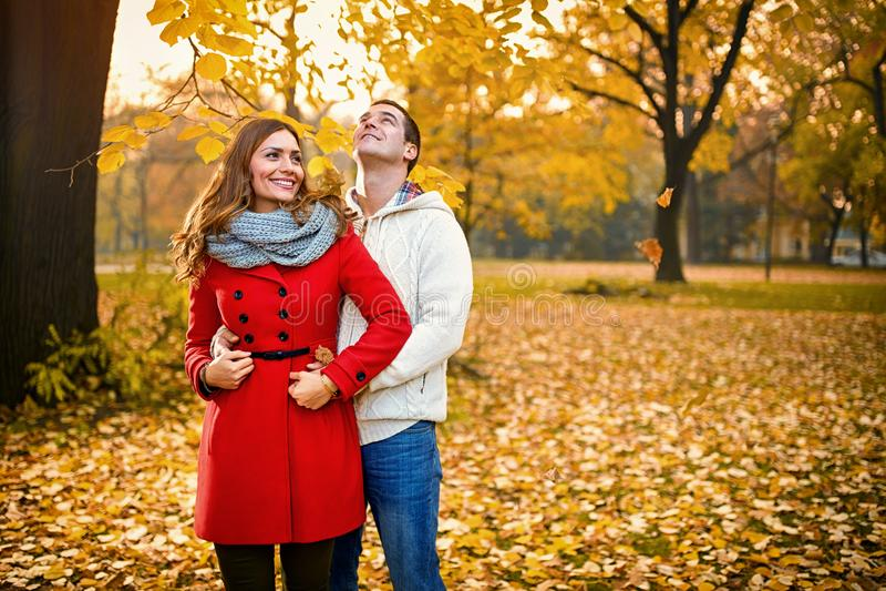 Gelukkig romantisch paar in park royalty-vrije stock afbeelding