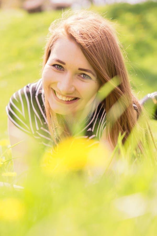 Gelukkig rood haarmeisje stock foto