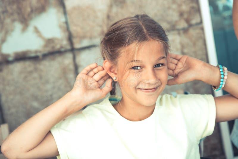 Gelukkig schadelijk kindmeisje die levensstijl van pret de onbezorgde kinderjaren hebben royalty-vrije stock afbeelding