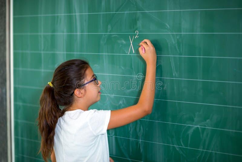 Gelukkig schoolkind dat op bord schrijft royalty-vrije stock foto's