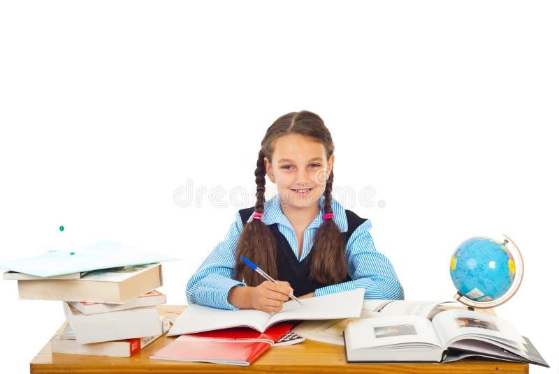 Gelukkig schoolmeisje dat bij leerling schrijft royalty-vrije stock foto