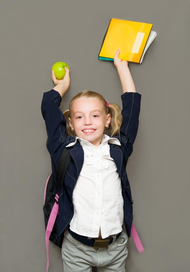 Gelukkig schoolmeisje met voorbeeldenboeken. Schoolconcept royalty-vrije stock fotografie