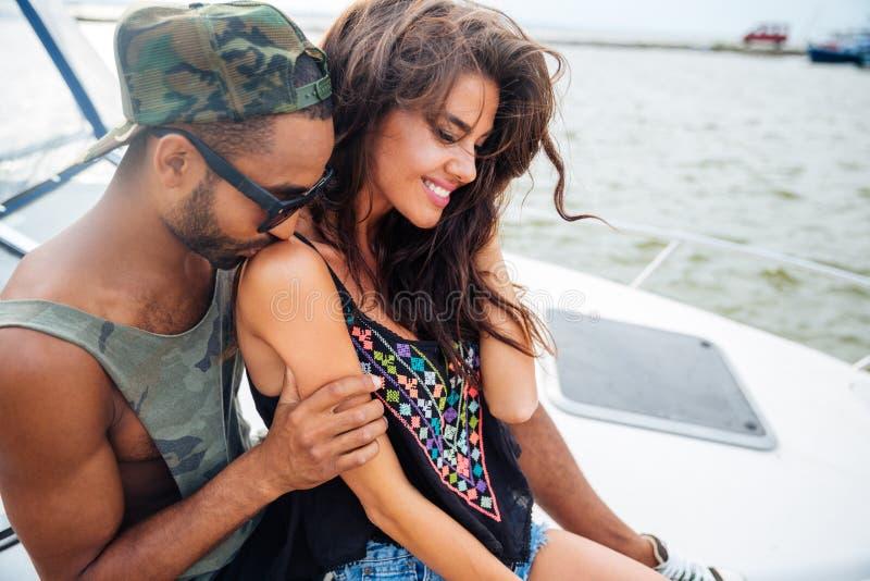 Gelukkig sensueel jong paar die en op boot kussen omhelzen royalty-vrije stock foto