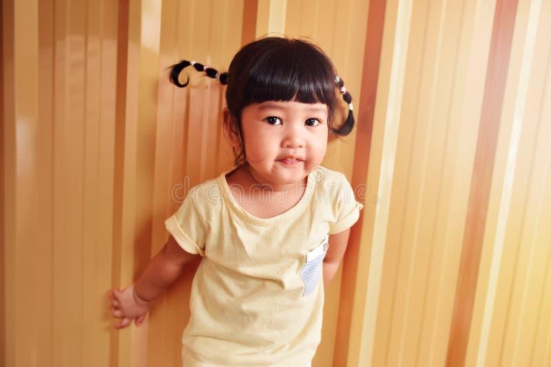 Gelukkig Slim Jonge geitjesportret, Aziatisch Meisje met een kleine Glimlach op haar royalty-vrije stock fotografie
