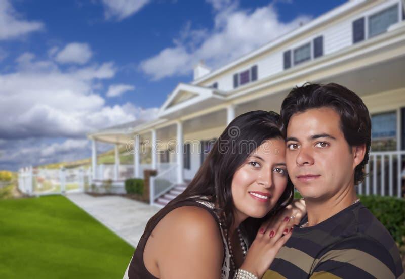 Gelukkig Spaans Jong Paar voor Hun Nieuw Huis stock afbeeldingen