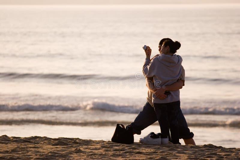 Gelukkig Spaans paar op strand stock fotografie