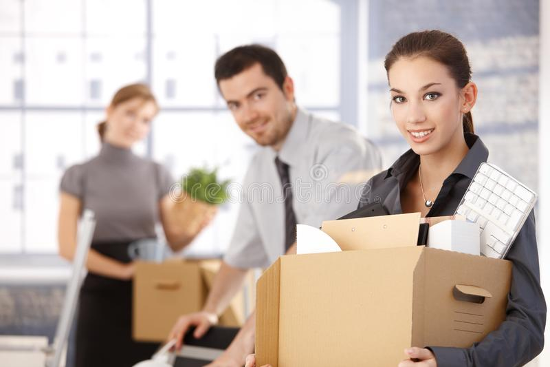 Gelukkig team van businesspeople bewegend bureau stock afbeeldingen