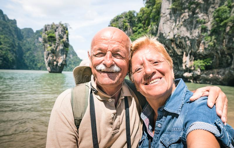 Gelukkig teruggetrokken hoger paar die reis nemen selfie rond wereld - royalty-vrije stock afbeeldingen