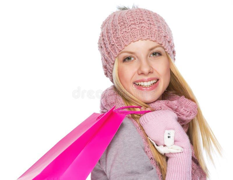 Gelukkig tienermeisje in de winterhoed en sjaal met het winkelen zak royalty-vrije stock fotografie
