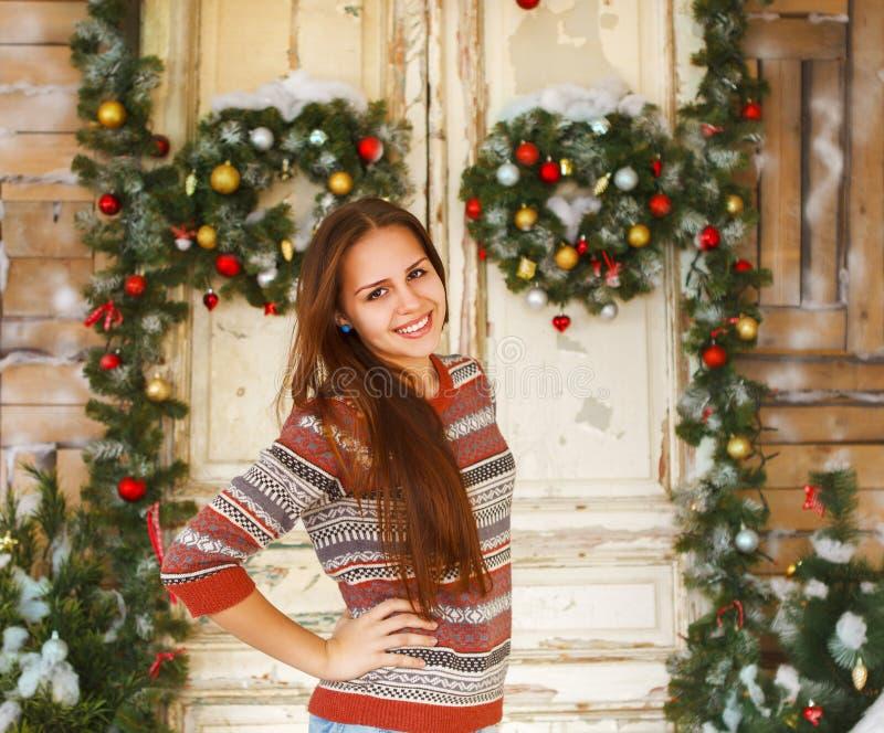 Gelukkig tienermeisje door de Kerstmisdecoratie stock fotografie
