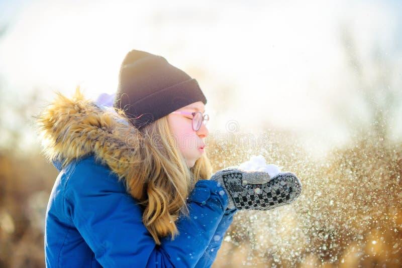 Gelukkig tienermeisje in mooi park bij zonsondergang stock fotografie
