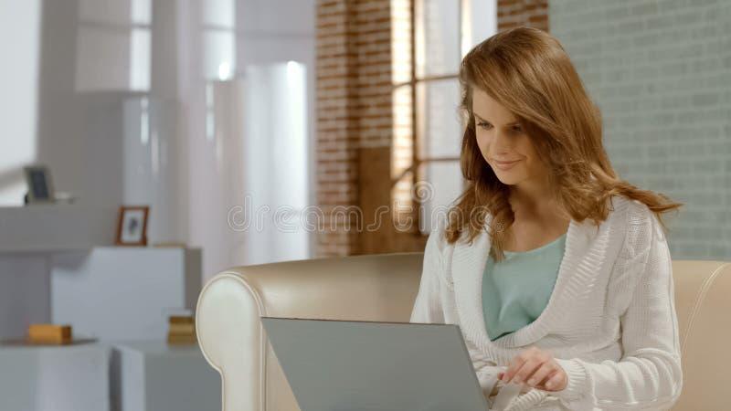 Gelukkig toevallig bezig meisje, werkend aan project die freelance laptop met behulp van thuis, royalty-vrije stock foto's