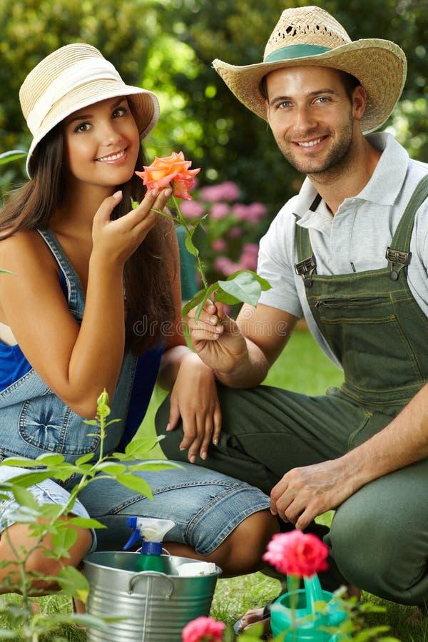 Gelukkig tuinierend paar royalty-vrije stock afbeelding