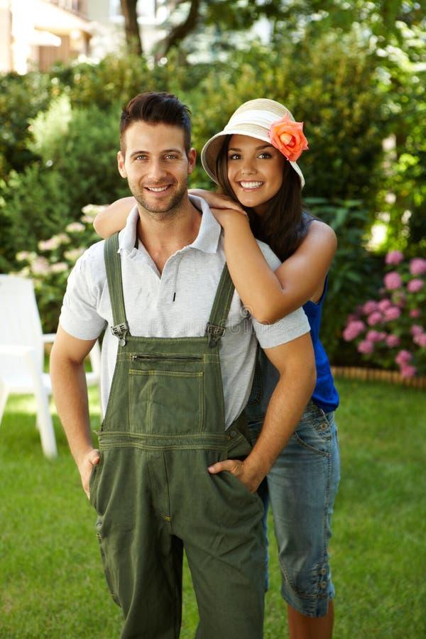 Gelukkig tuinierend paar die in openlucht glimlachen royalty-vrije stock foto's