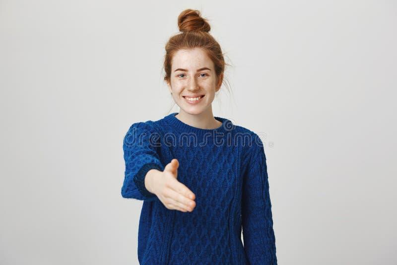 Gelukkig u definitief om te ontmoeten Studioschot van zekere ontspannen en vriendschappelijke jonge vrouw met rood die haar in br stock foto's