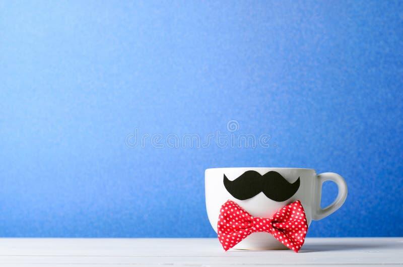 Gelukkig Vaderdagconcept, Koffiemok met Snor en Rode Vlinderdas stock foto