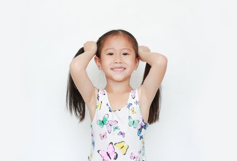 Gelukkig van weinig Aziatische de holdingsvlecht van het kindmeisje op witte achtergrond Portret het glimlachen jong geitje met t royalty-vrije stock afbeelding