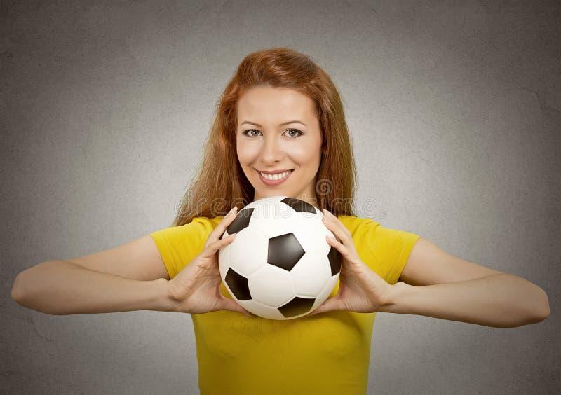 Gelukkig voetbalmeisje in gele t-shirt royalty-vrije stock foto's