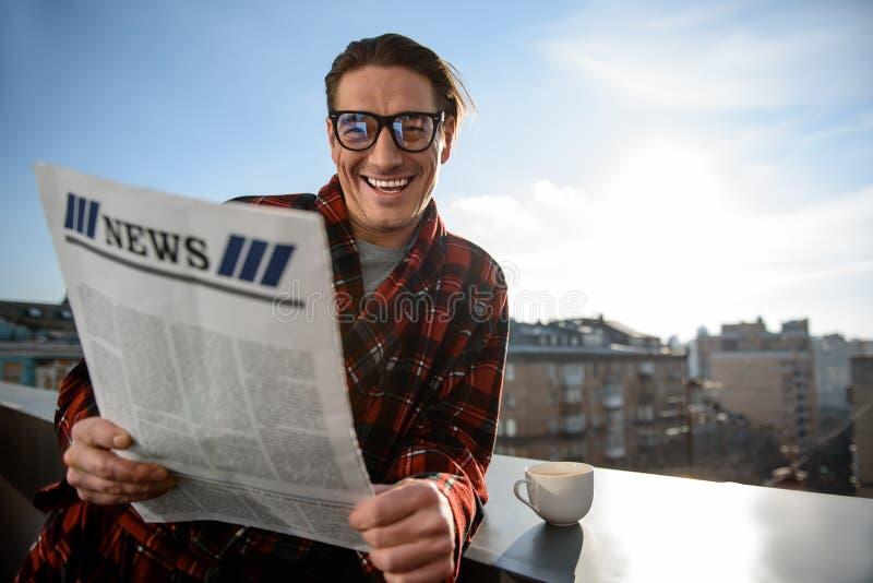 Gelukkig volwassen mannetje die en het dagboek glimlachen lezen royalty-vrije stock foto