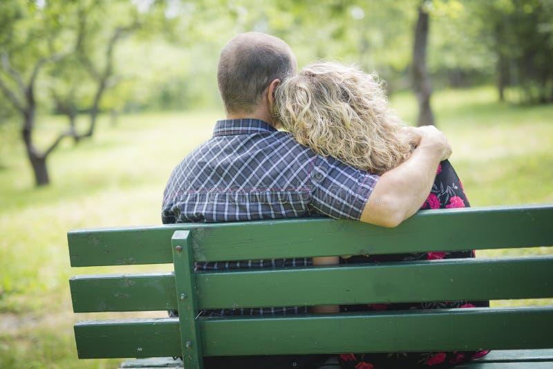 Gelukkig volwassen paar in park stock afbeelding
