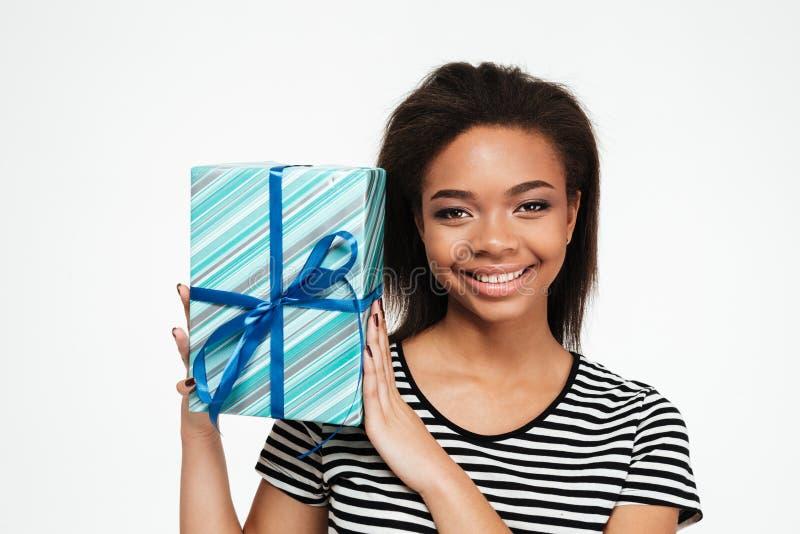 Gelukkig vrij Afrikaans tienermeisje die huidige doos houden stock afbeelding