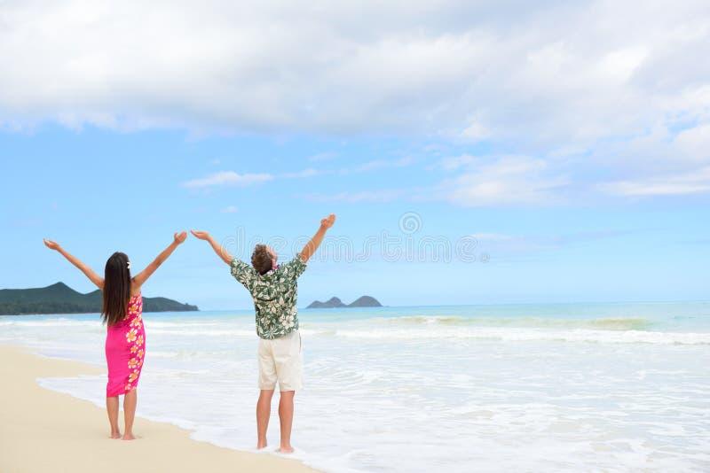 Gelukkig vrijheidspaar op Hawaiiaanse strandvakanties royalty-vrije stock foto