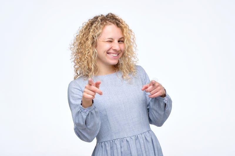 Gelukkig vrolijk krullend meisje die vinger richten op camera royalty-vrije stock foto