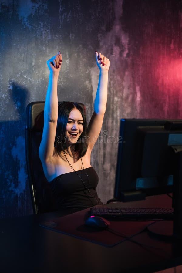 Gelukkig vrolijk leuk de handgebaar van het gamermeisje van winst en zuivere emotie Zittend thuis het spelen videospelletjes alle stock foto's