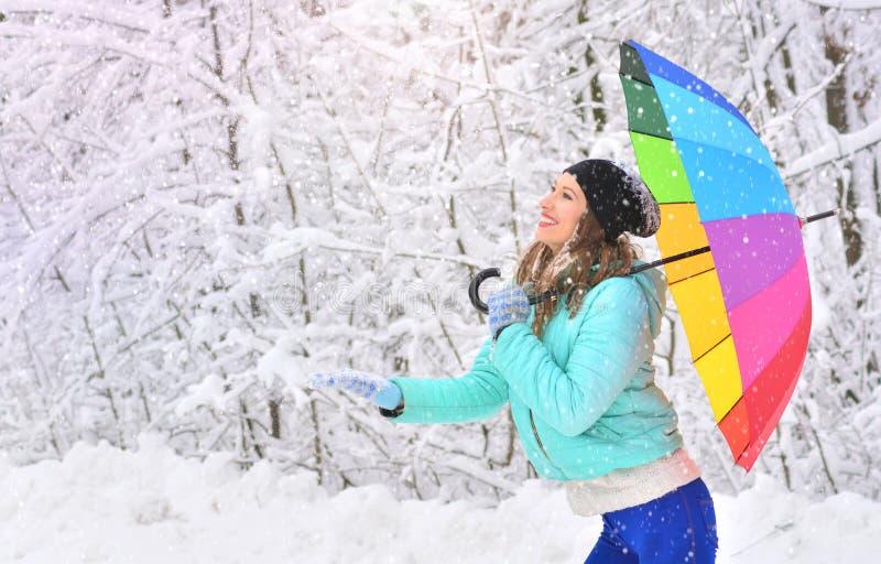 Gelukkig vrolijk meisje met een regenboogparaplu royalty-vrije stock foto