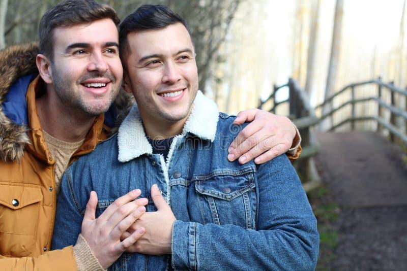 Gelukkig vrolijk paar die liefde voelen royalty-vrije stock foto's