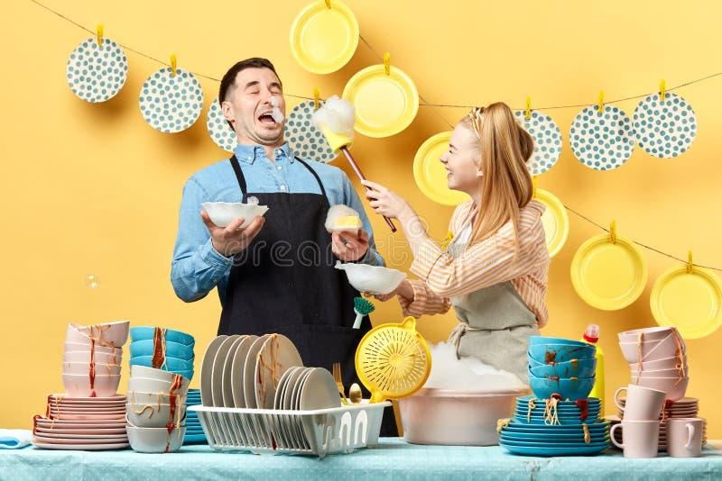 Gelukkig vrolijk paar die pret met het schuim hebben royalty-vrije stock foto