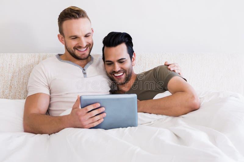 Gelukkig vrolijk paar die tablet gebruiken royalty-vrije stock foto