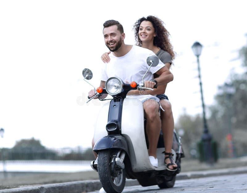 Gelukkig vrolijk paar die uitstekende autoped berijden reis concept royalty-vrije stock fotografie
