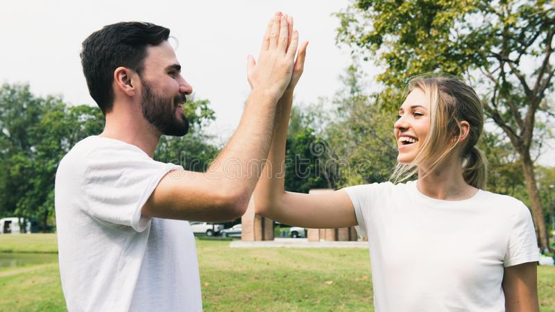 Gelukkig vrolijk paar in het park royalty-vrije stock foto