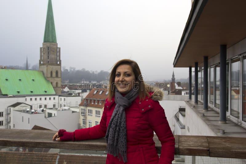 Gelukkig Vrouwenportret in Bielefeld, Duitsland royalty-vrije stock fotografie