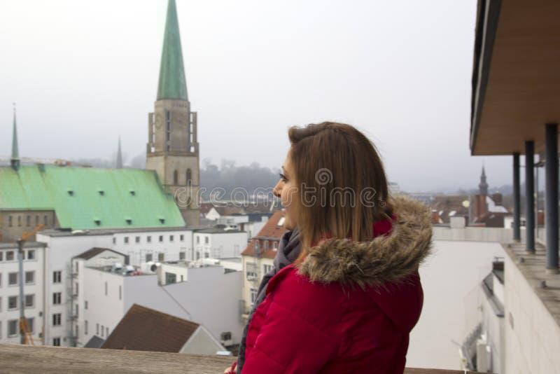 Gelukkig Vrouwenportret in Bielefeld, Duitsland stock foto's
