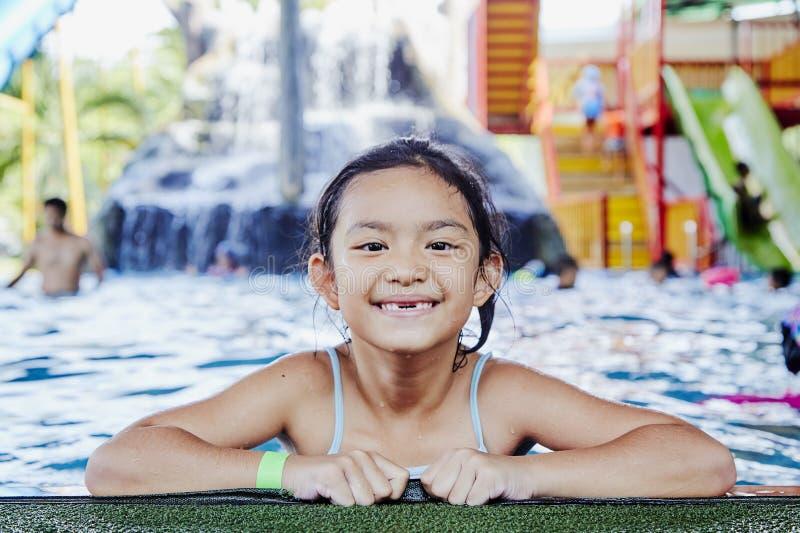 Gelukkig Weinig Aziatisch Meisje bij de Pool royalty-vrije stock foto's
