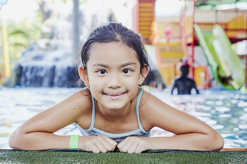 Gelukkig Weinig Aziatisch Meisje bij de Pool stock fotografie