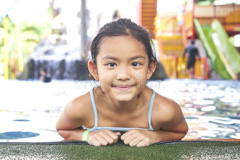 Gelukkig Weinig Aziatisch Meisje bij de Pool stock afbeelding