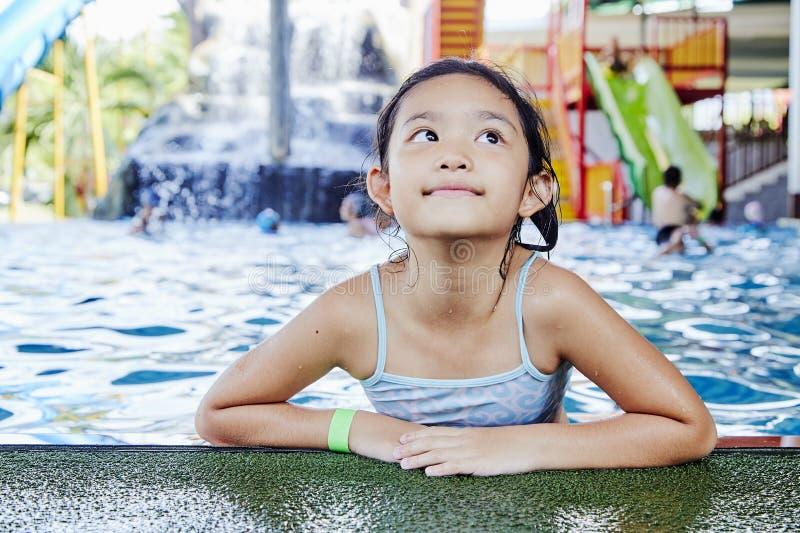 Gelukkig Weinig Aziatisch Meisje bij de Pool royalty-vrije stock afbeeldingen