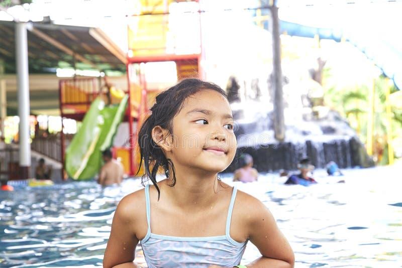 Gelukkig Weinig Aziatisch Meisje bij de Pool stock foto
